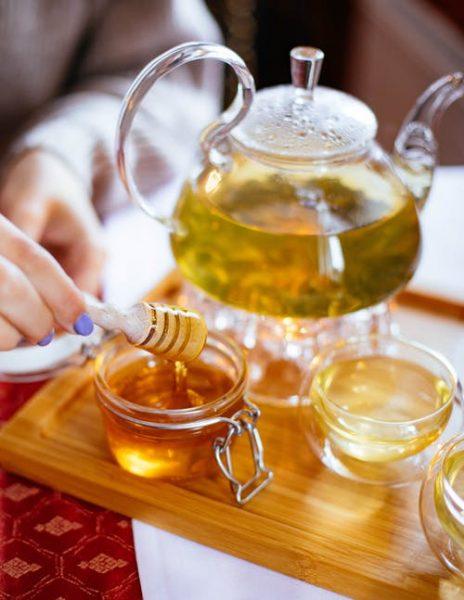 Çaya bal katmak